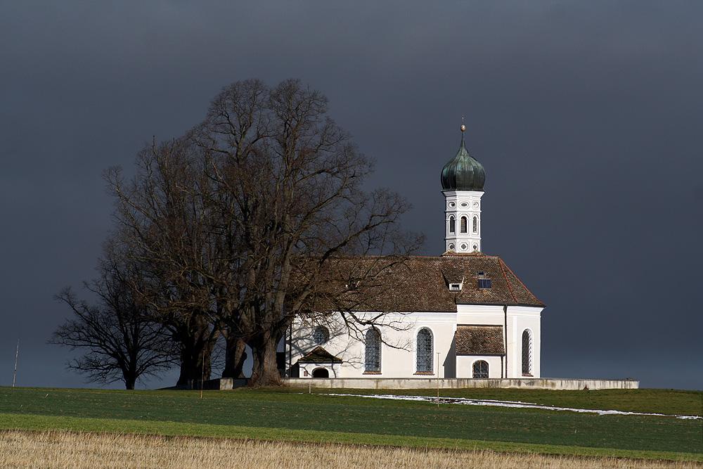 sakrales Spotlight im Hochnebel