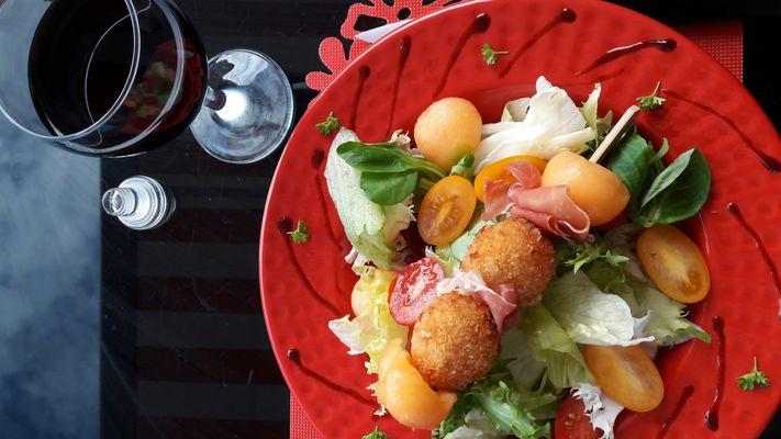 Salade melée avec ses crostinis fromage et écrevisses