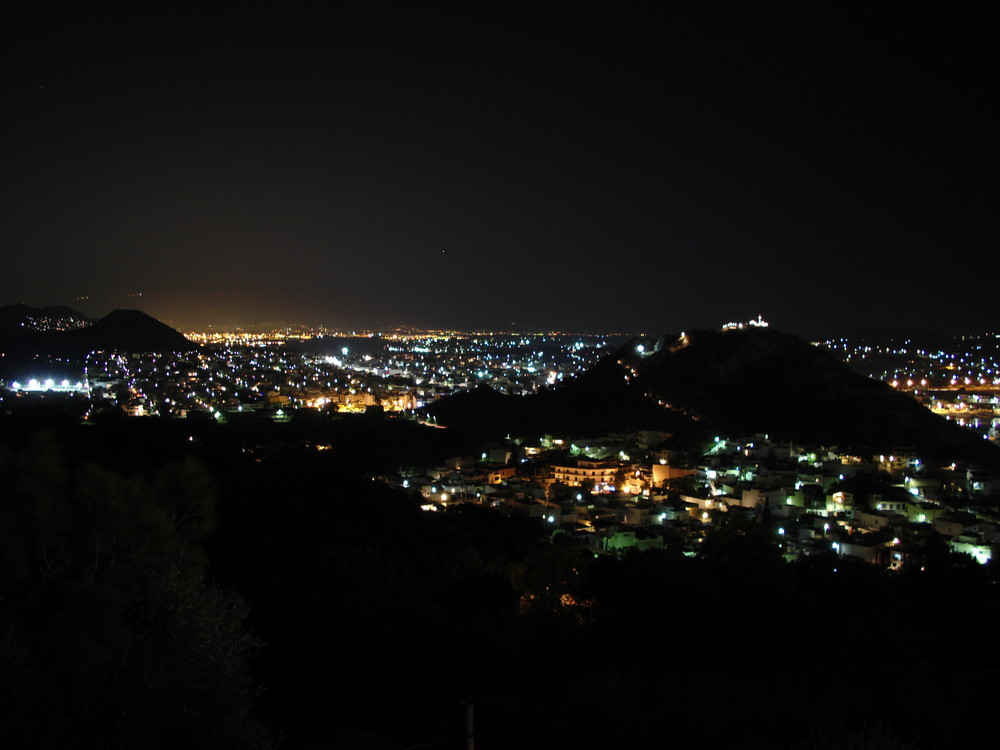 Salamina bei Nacht