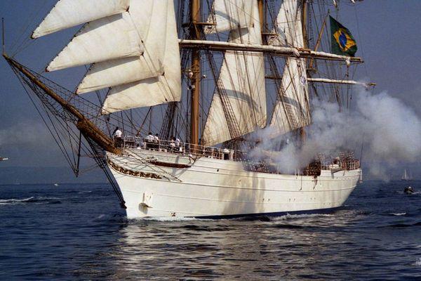 Salut en canonnade du Cisne Branco - Parade Tall Ships Race Cherbourg 2005