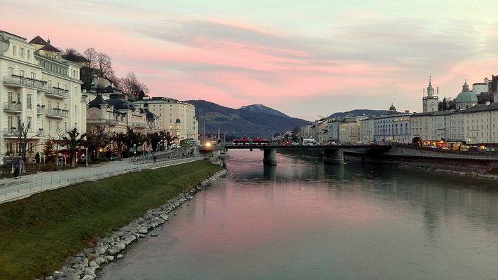 Salzburg, Blick auf Salzach vom Makartsteg Richtung Staatsbrücke.