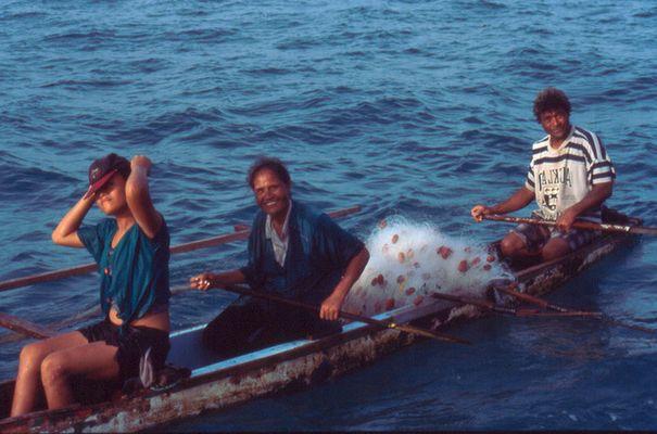 Samoanische Familie fährt fischen