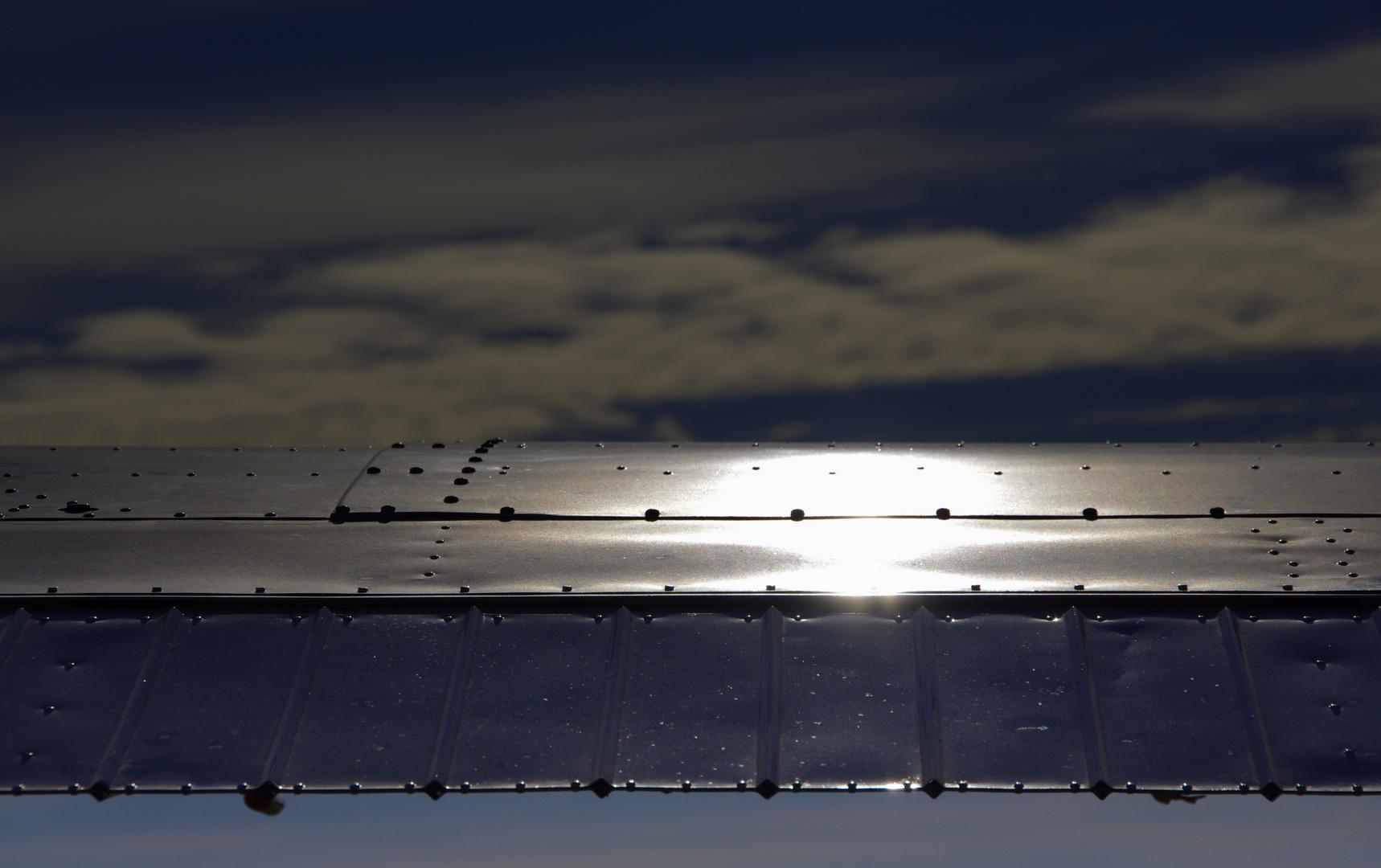 Samtiges Licht auf der Tragfläche.