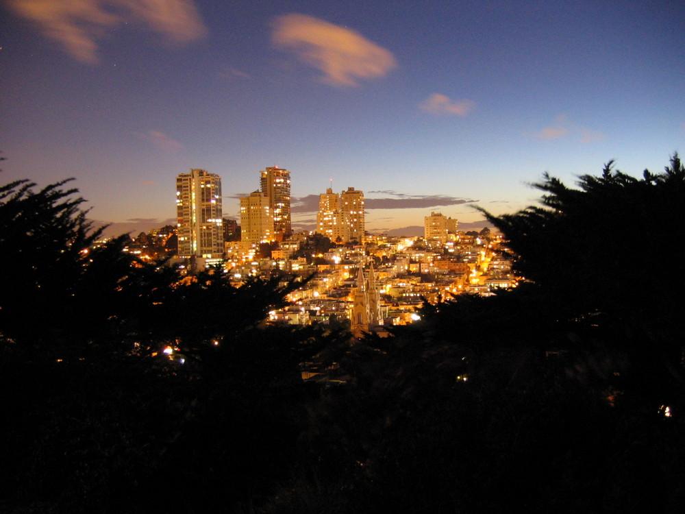 San Francisco von Fuße des Coit Tower bei Nacht