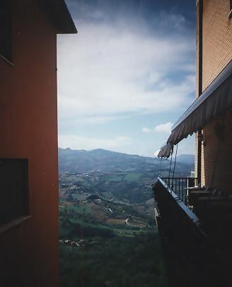 San Marino - Ausblick zwischen zwei Häusern