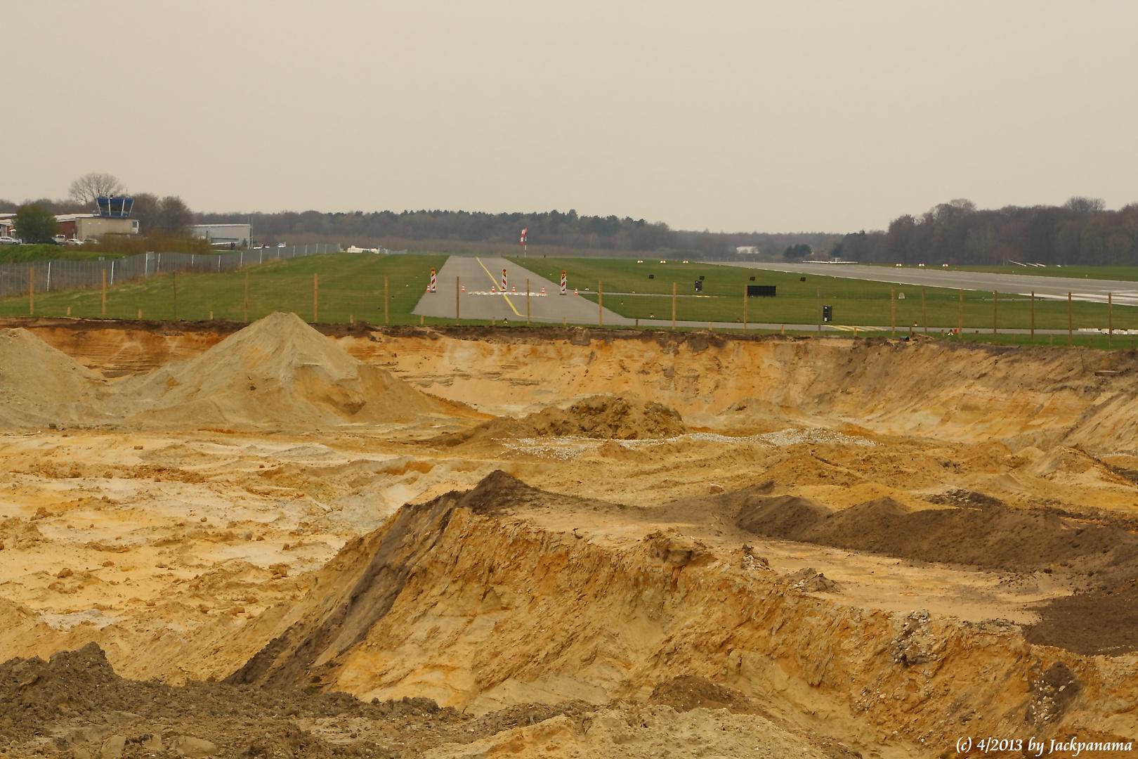 Sandgewinnung im Tagebau direkt am Flugplatz Schwarze Heide in Kirchhellen (1)