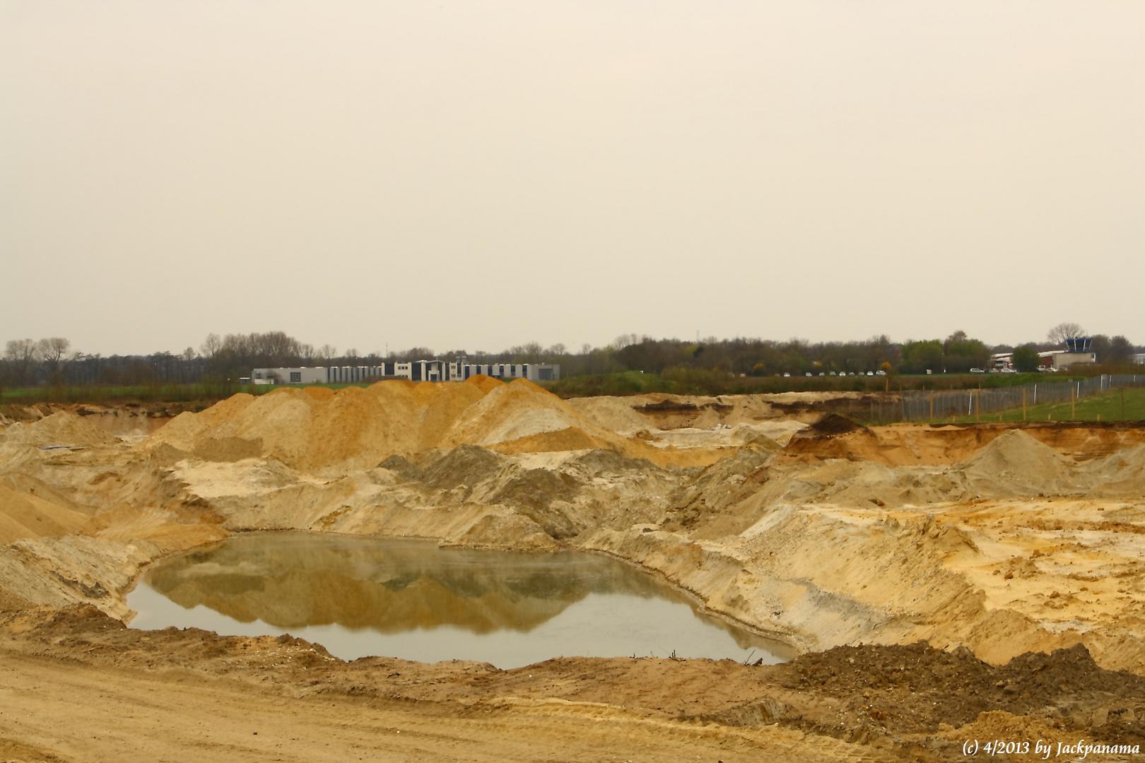 Sandgewinnung im Tagebau direkt am Flugplatz Schwarze Heide in Kirchhellen