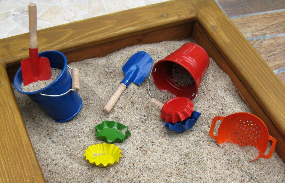 sandkasten mit spielzeug foto bild stillleben arrangierte szenen puppen bilder auf. Black Bedroom Furniture Sets. Home Design Ideas