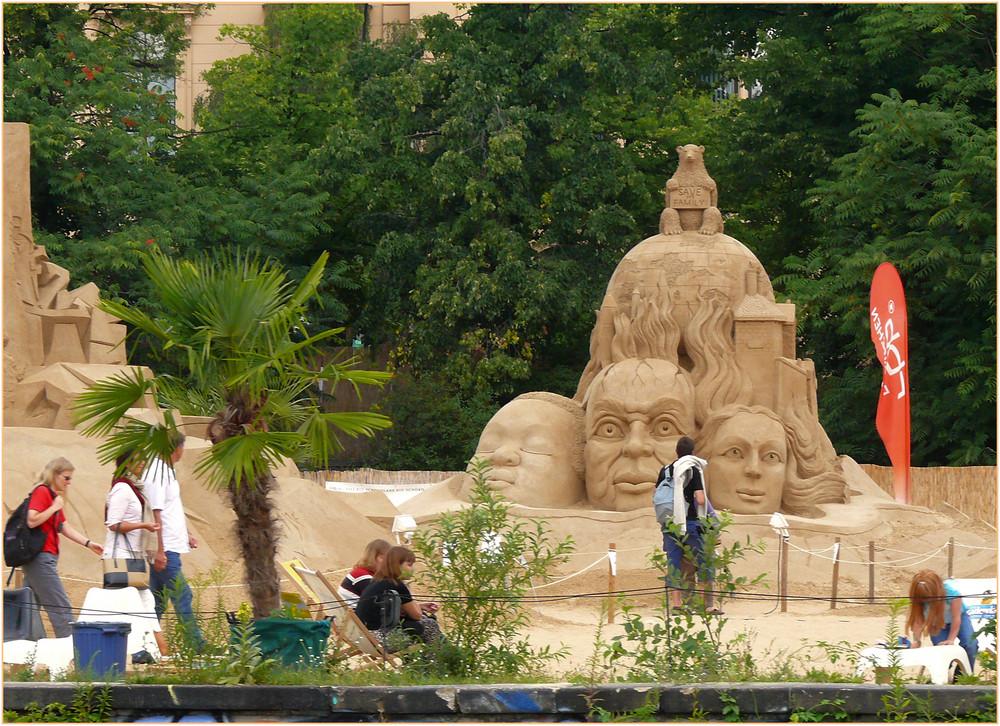 Sandskulptur an der Spree in Berlin.