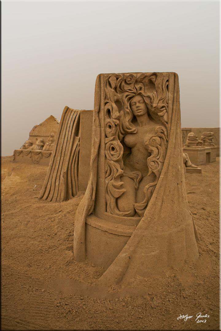 """Sandskulptur """"Das Parfum"""" (Patrick Süßkind)"""