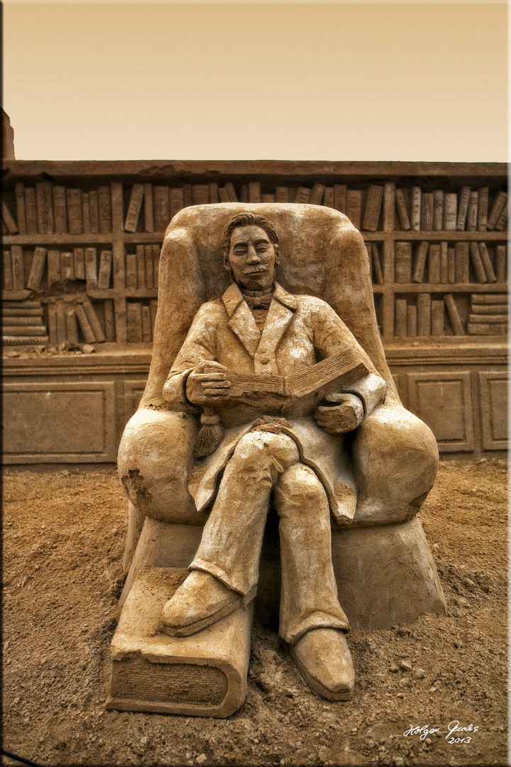 "Sandskulptur ""Lesender"" **"