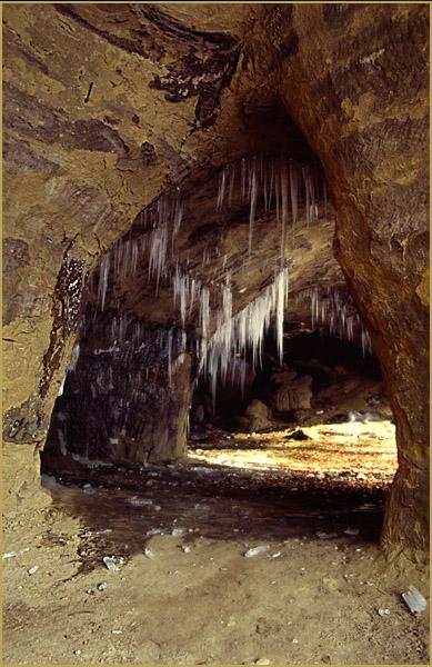 Sandsteinhöhle im Winter
