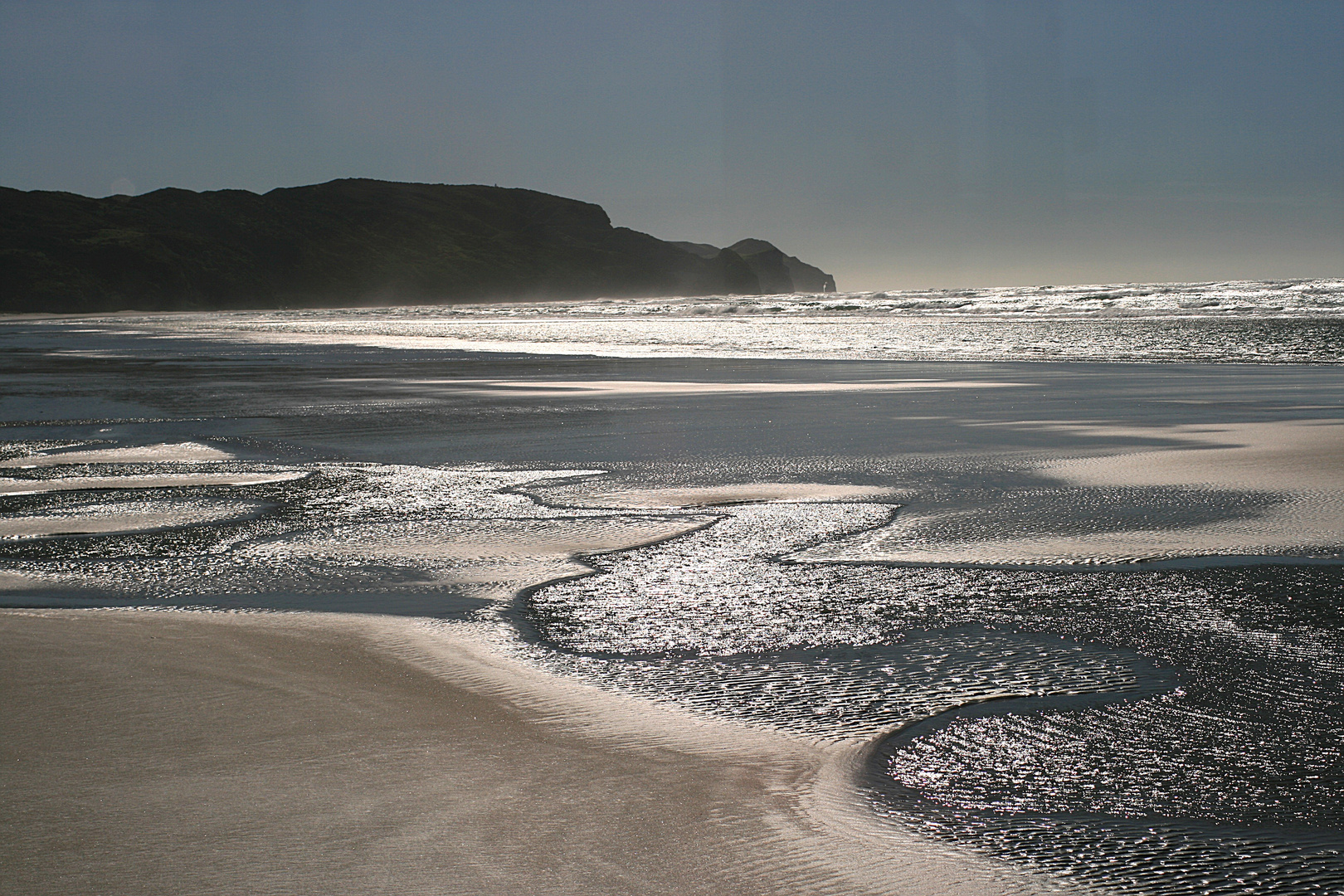 sanft lecken die Wellen den Strand