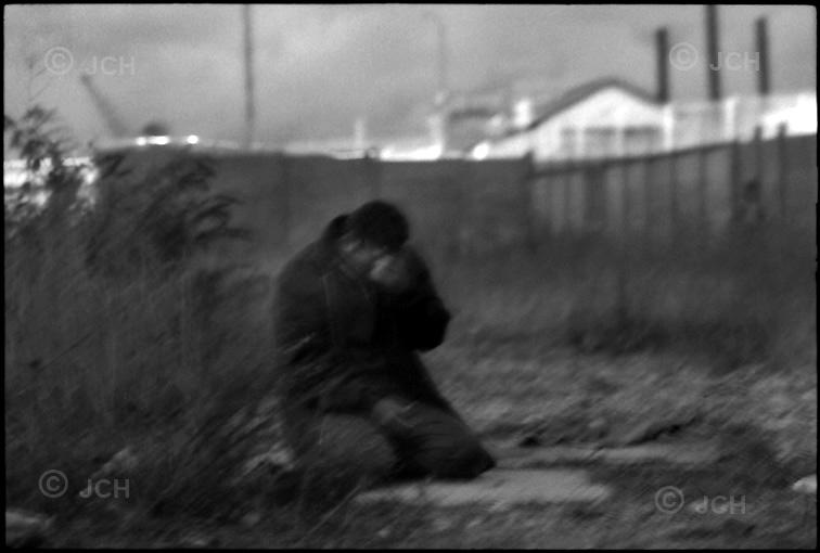Sangatte, réfugié irakien faisant sa prière, docks de Calais