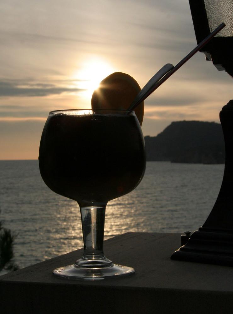 Sangria vor malerischem Sonnenuntergang in Paguera