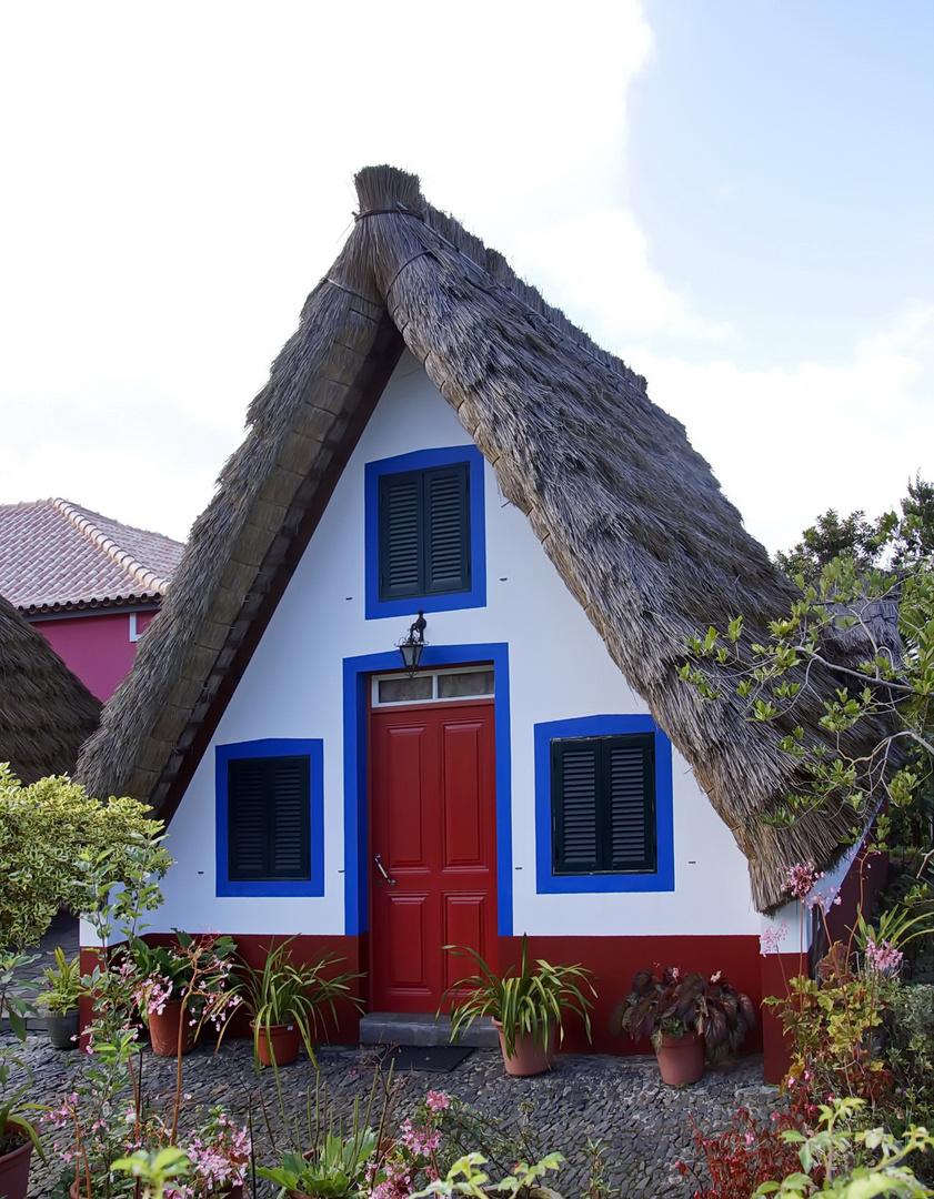 Santana traditionell gedecktes haus in typischen farben for Haus auf madeira