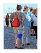 Santorin/Fira - Frau mit roten Rucksack