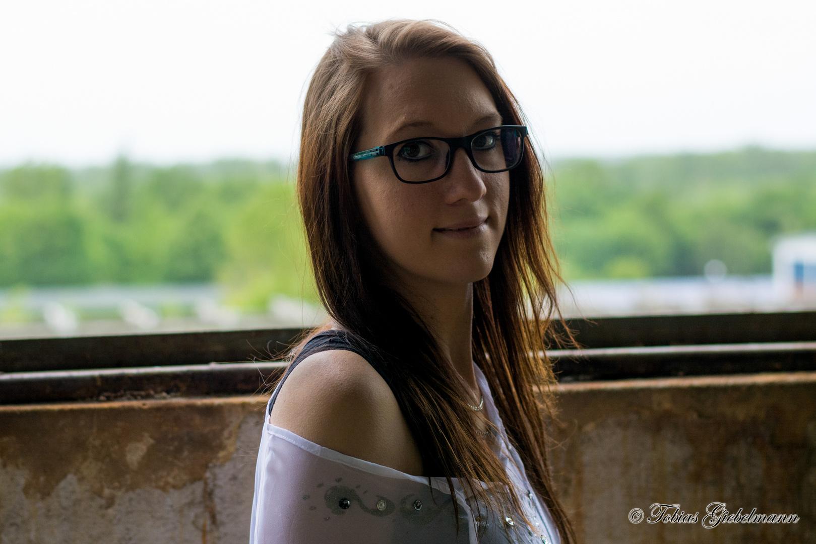 Sarah am Fenster