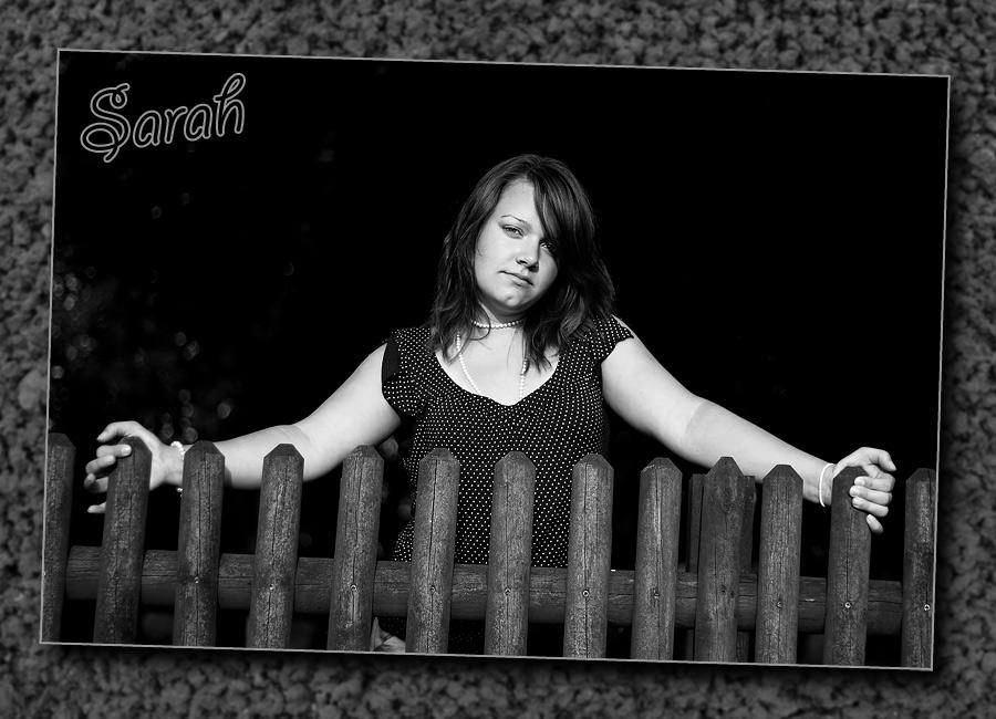 Sarah am Gartenzaun