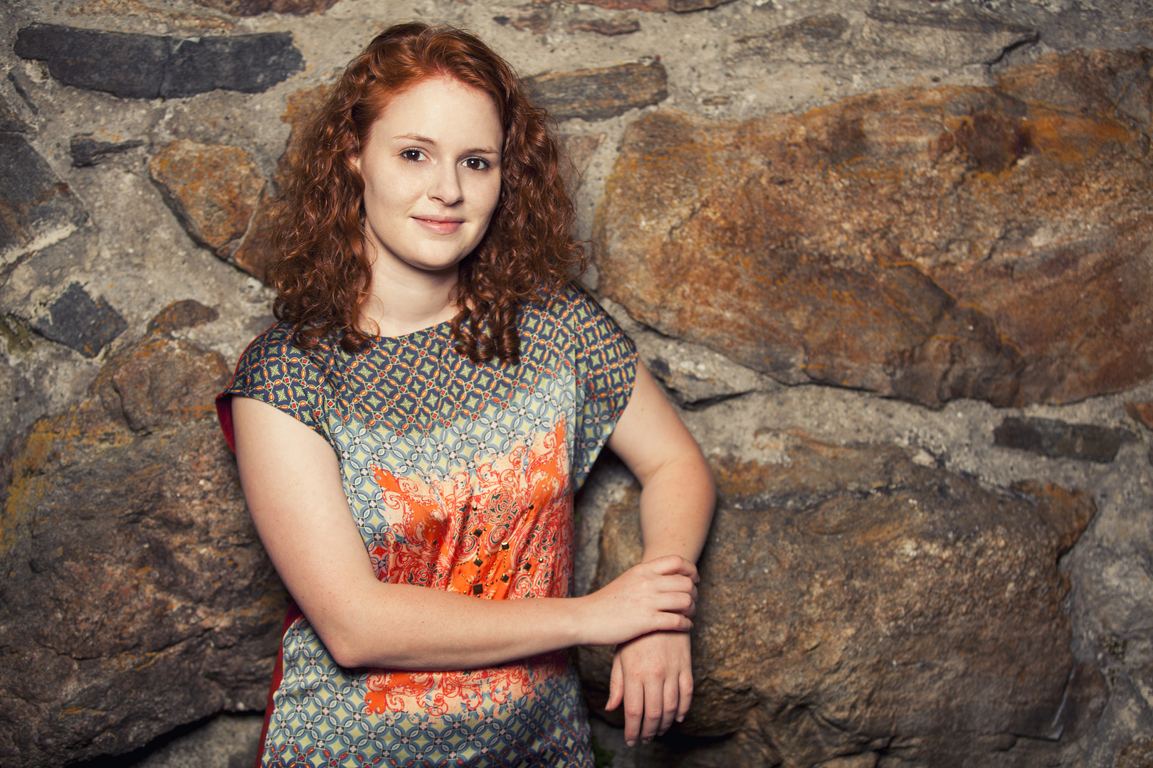 Sarah an der Burgwand