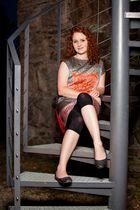 Sarah auf der Treppe