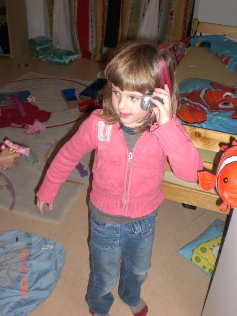 Sarah beim Telefonieren