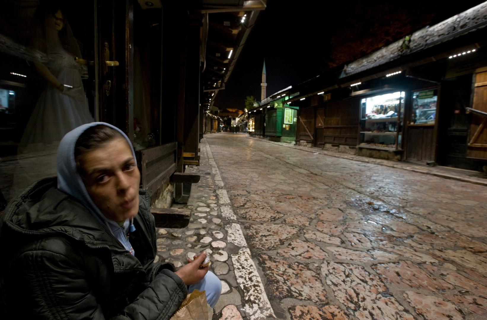 SARAJEVO-BOSNIEN die Bettlerin in der Nacht.