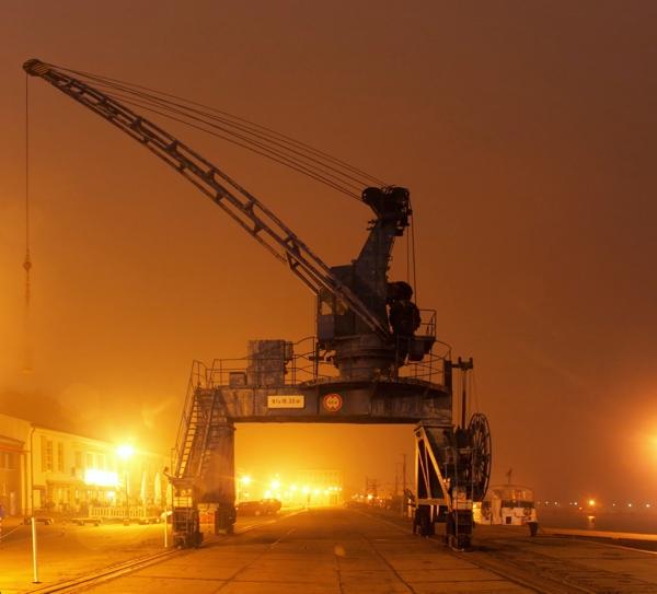 Sassnitz Kran im Hafen bei Nacht