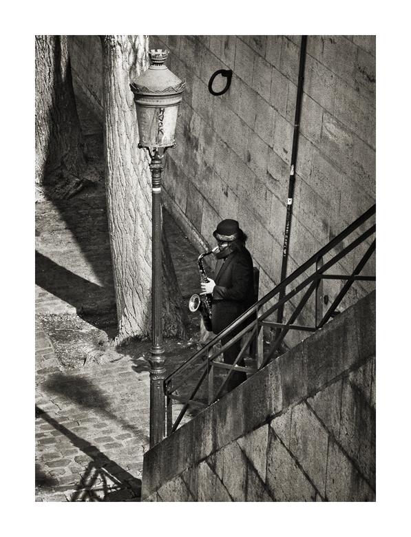 Saxophon an der Seine (bei Tag)