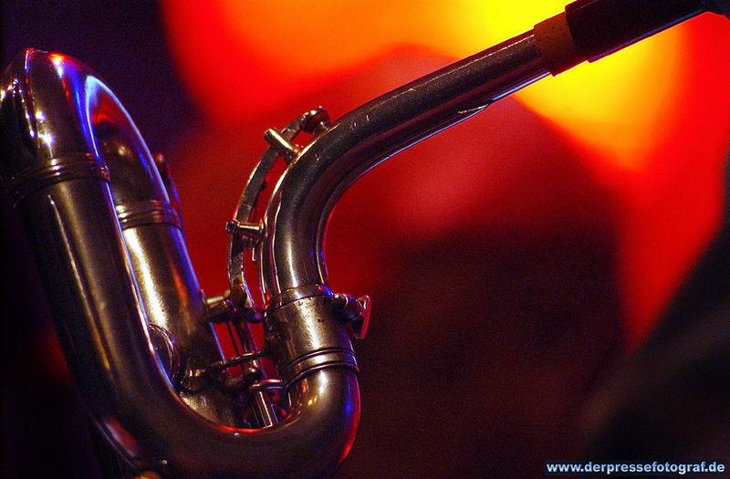 Saxophon im Licht der Bühnenscheinwerfer beim OffsideOpen in Geldern