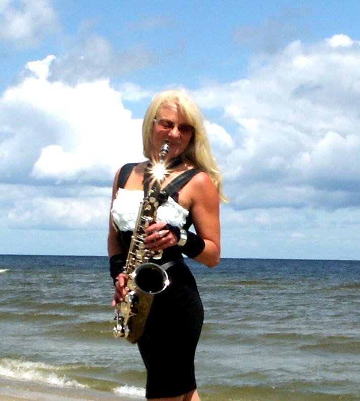Saxophonistin am Meer