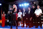 Saxophonistin im Boxring mit Nationalhymne