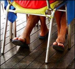 Scena sotto la tavola al ristorante,,,,,,una foto per ci fare pensare.
