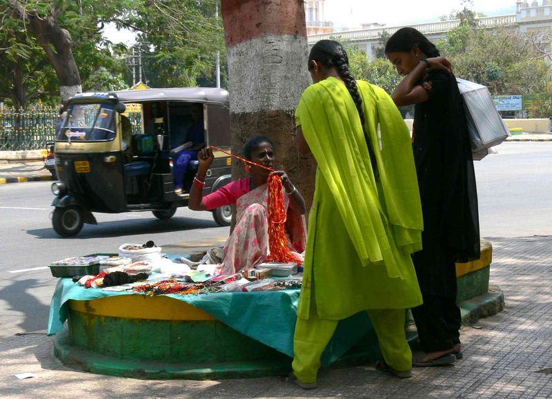 Scène de rue ... / Street scene ...