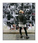 Scènes de rue new yorkaises exposées dans une rue parisienne