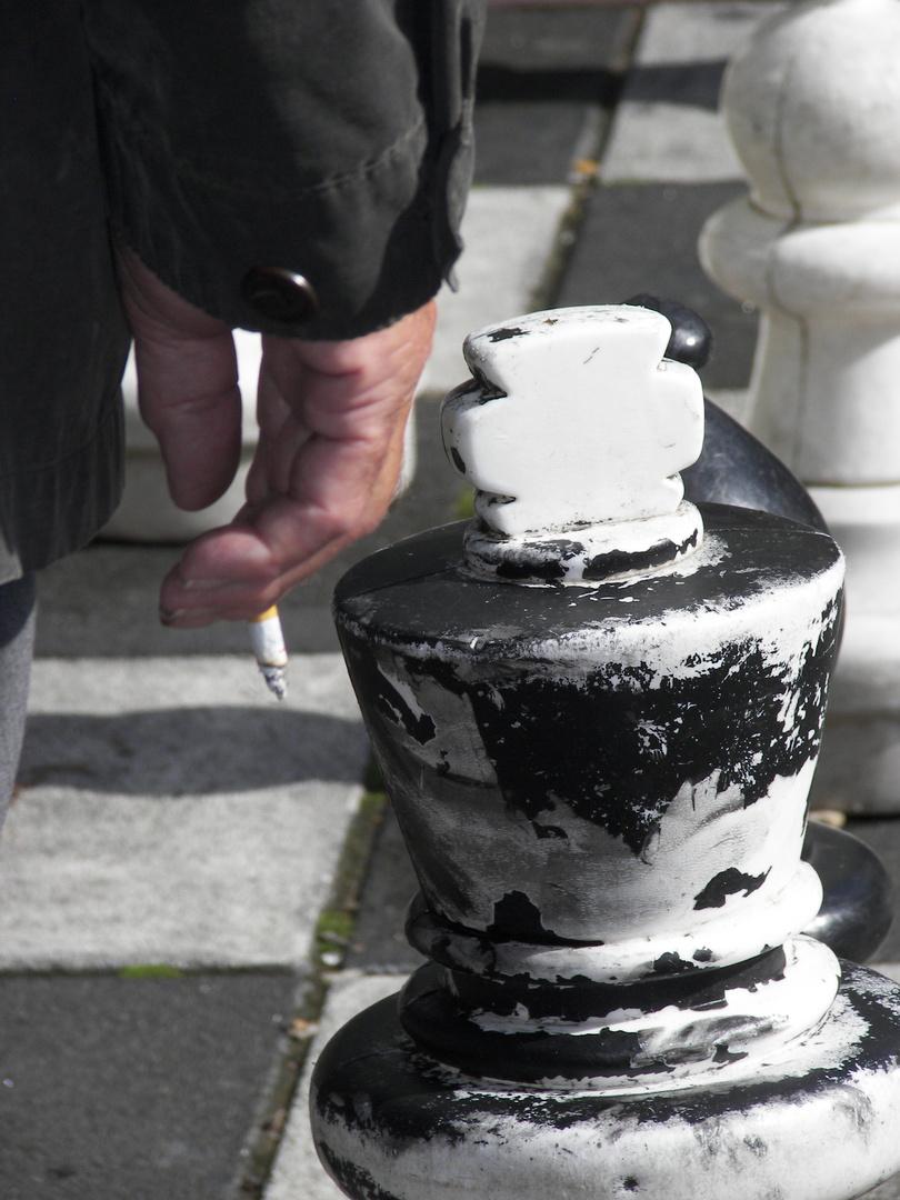 Schachspieler mit Zigarette