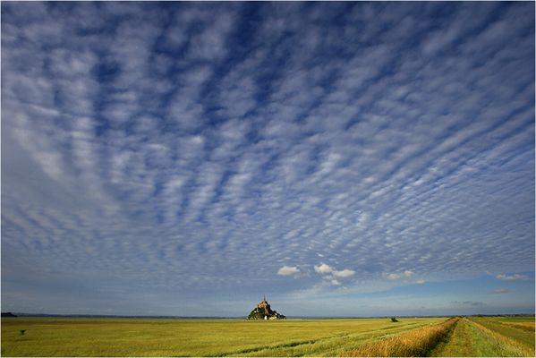 Schäfchenwolken über dem Mont Saint-Michel
