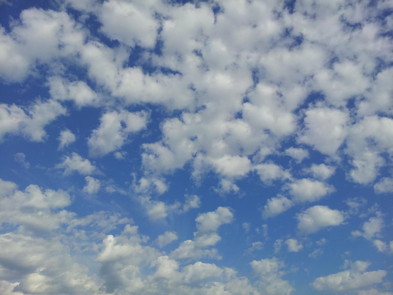 Schäfchenwolken ziehen auf