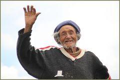 Schafhirte winkt in Peru