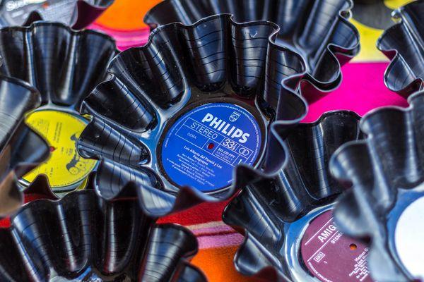Schallplatten-Schalen im Mauerpark