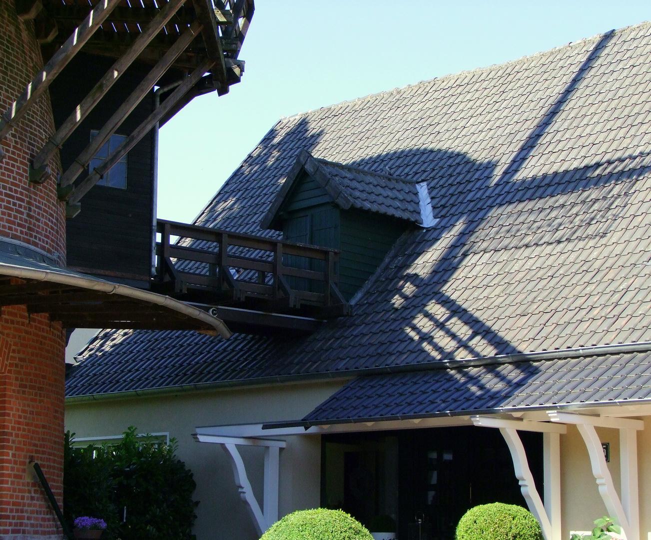 Schatten der Mühle auf dem Wohnhaus