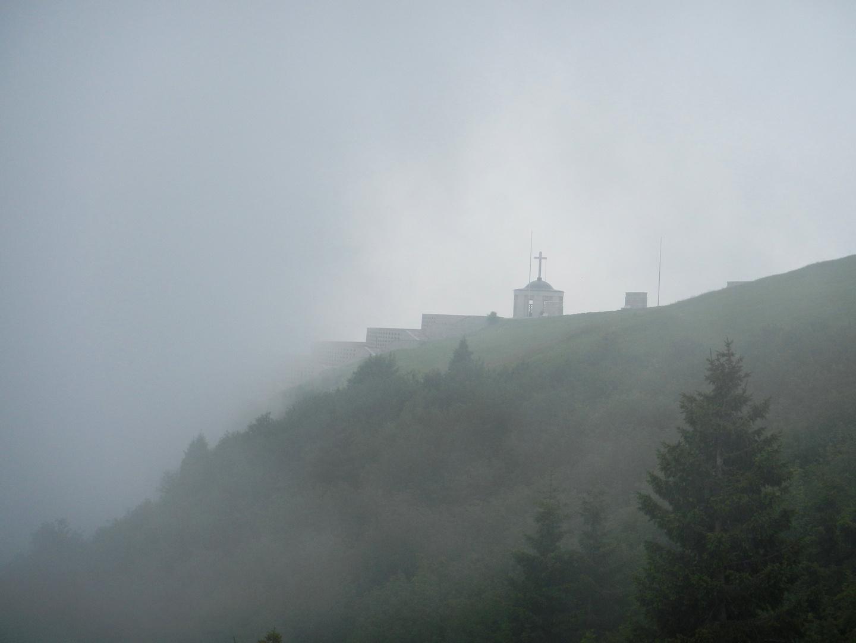 Schatten der Vergangenheit - Monument am Monte Grappa