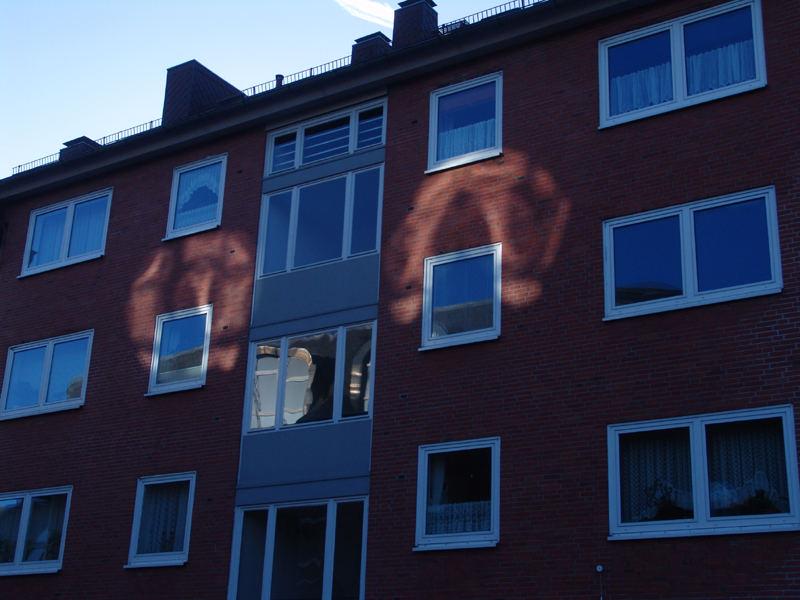 Schattenspiel auf Haus mit Spiegelung