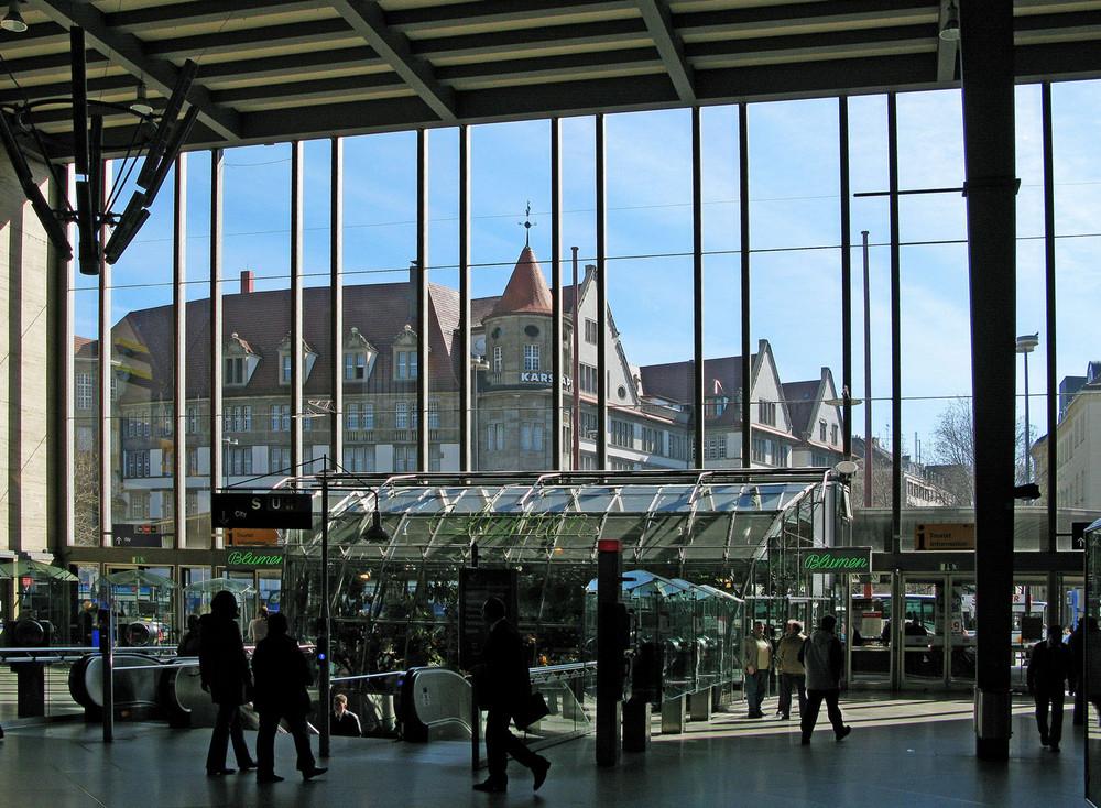 Scheibenblick der Stirnseite des Hauptbahnhofs