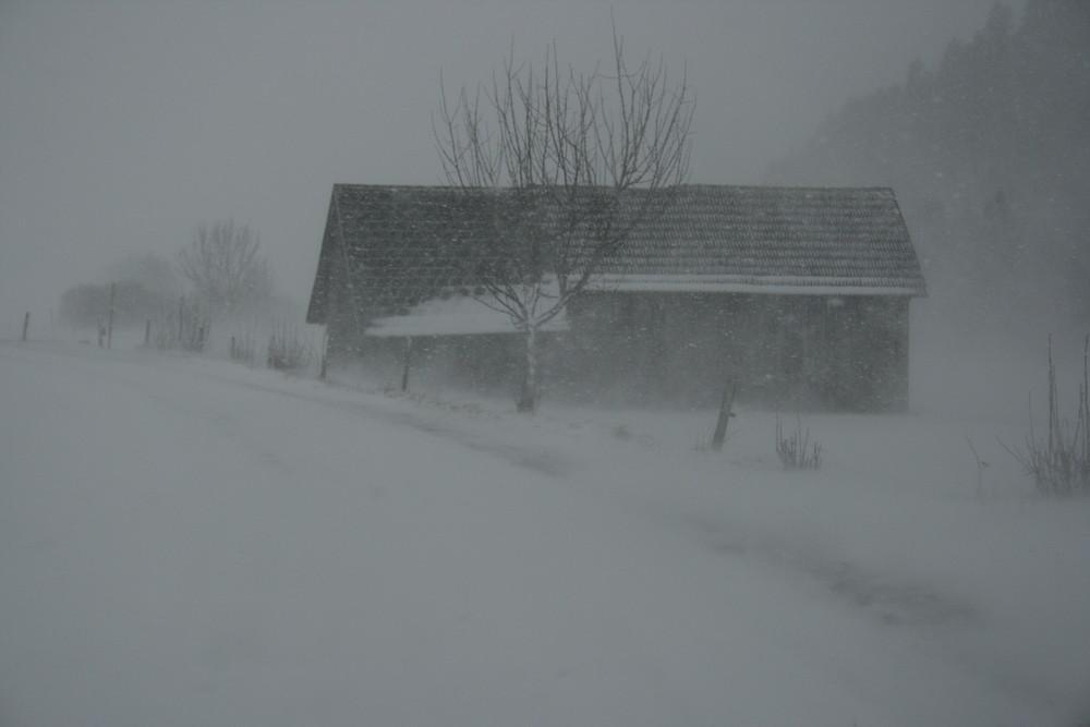 Scheune im Schneesturm