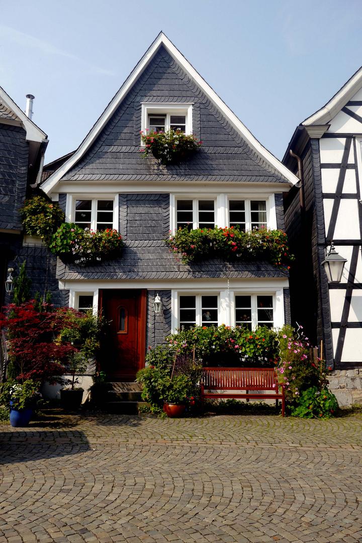 Schieferhaus mit blumenschmuck in Neviges