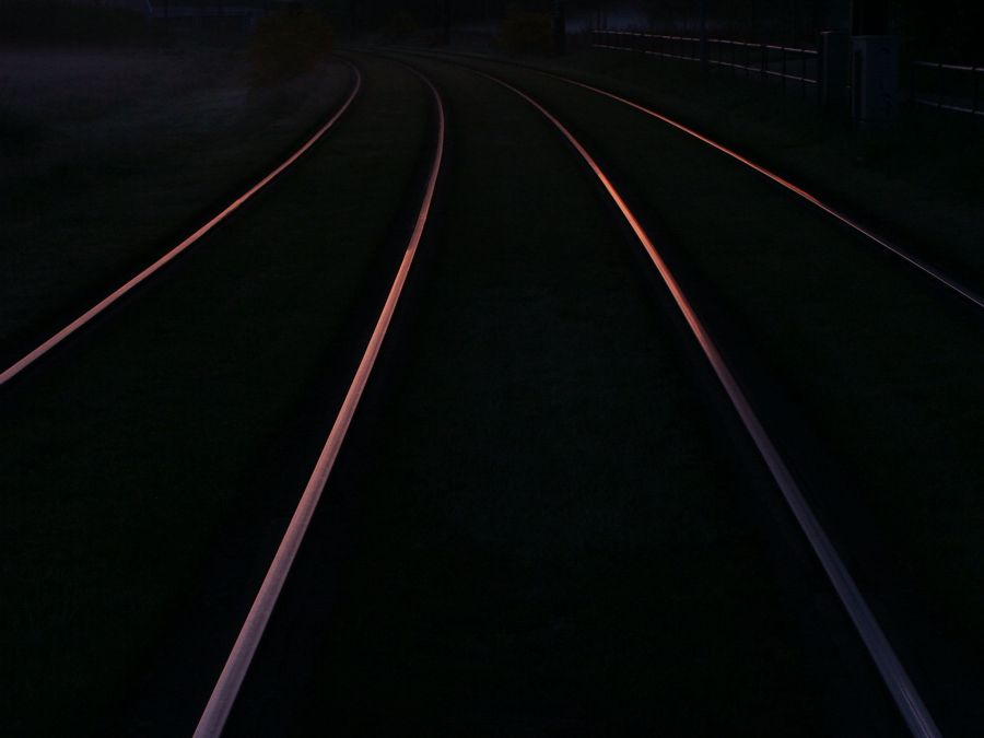 Schienen spiegeln die Dämmerung