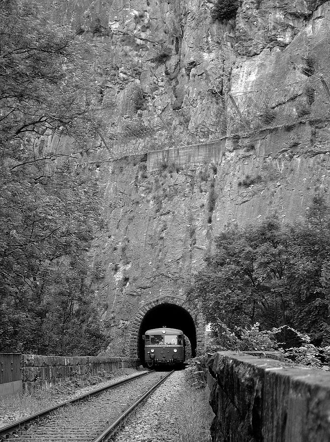 Schienenbus am bekannten Uhu-Tunnel auf der Hönnetalbahn