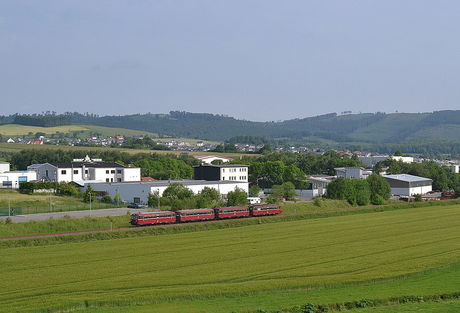 Schienenbus in sauerländischer Landschaft bei Garbeck auf der Hönnetalbahn