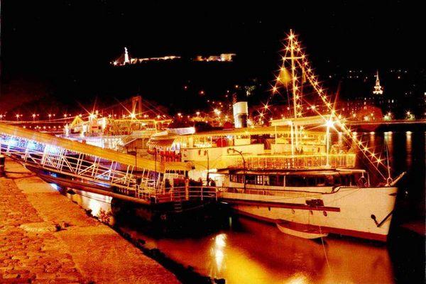 Schiff am Donauufer in Budapest.
